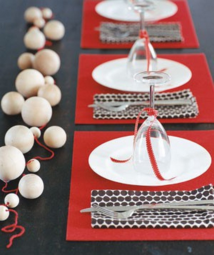 40 eye catching christmas table decorations for a festive for Home made christmas table decorations